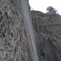 02 Felsvorhang fuer eine gelenkte Ableitung von Kleinmaterial